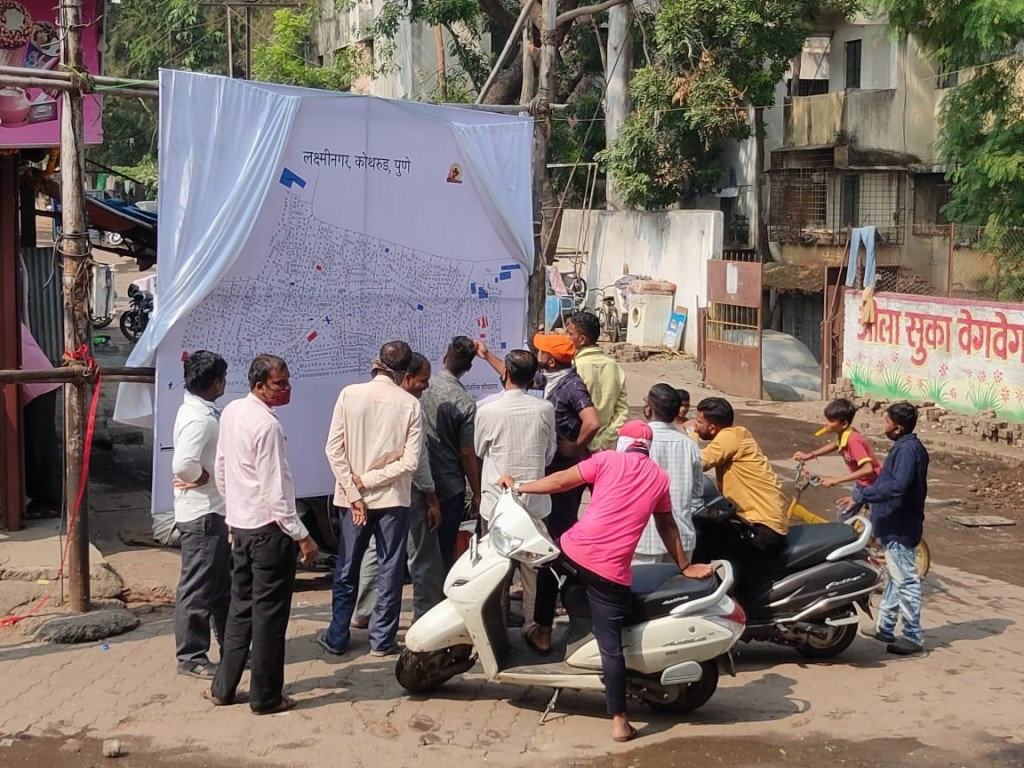 Slum residents of Laxmi Nagar reading the map